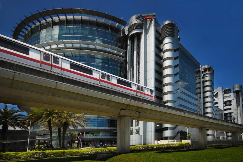 Zielona linia metra na tle głównego budynku poczty singapurskiej