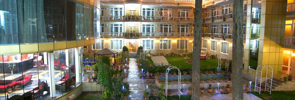 Wewnętrzny dziedziniec hotelu Park Star w Kabulu. Hotel Afganistan