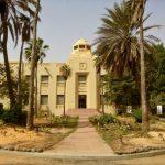 Budynek muzeum sztuki afrykańskiej IFAN mieści się tuż obok parlamentu
