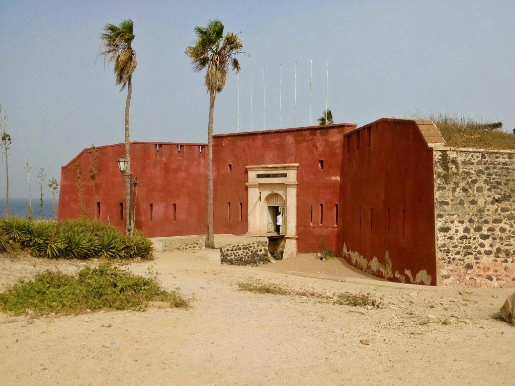 Fort na wyspie Goree w Senegalu - wyspa ta była przez stulecia centrum handlu niewolnikami