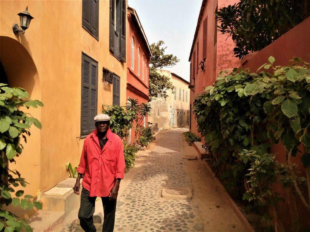 Jedna z malowniczych uliczek wyspy Goree - Straszne jest że w takim pięknym miejscu setki tysięcy ludzi zostało sprzedanych do niewoli