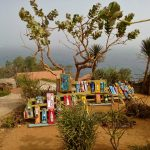 Lokalna sztuka wystawiona na sprzedaż na szczycie wyspy goree