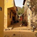 Mała urocza uliczka na wyspie Goree nieopodal Dakaru w Senegalu