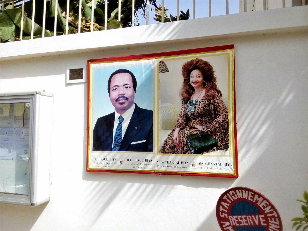 Na ambasadzie Kamerunu wisiały takie piękne portrety Prezydenta i prezydentowej tego pięknego kraju