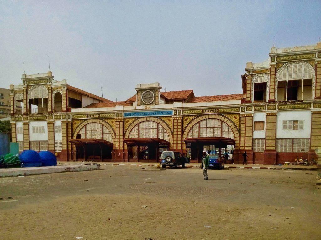 Nieczynny dworzec kolejowy w porcie w Dakarze