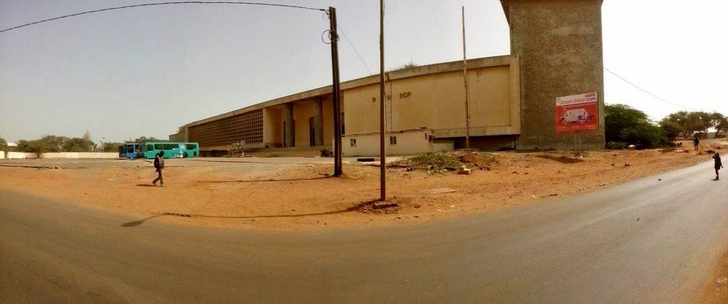 Panorama ukazująca zdewastowany budynek sądu najwyższego w Dakarze