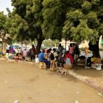 Pchli targ w pobliżu portu w Dakarze