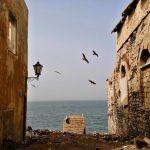 Ulica kończąca się przepaścią na wyspie Goree w Senegalu