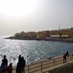 Widok na wyspę Goree z łodzi przybijającej do pomostu