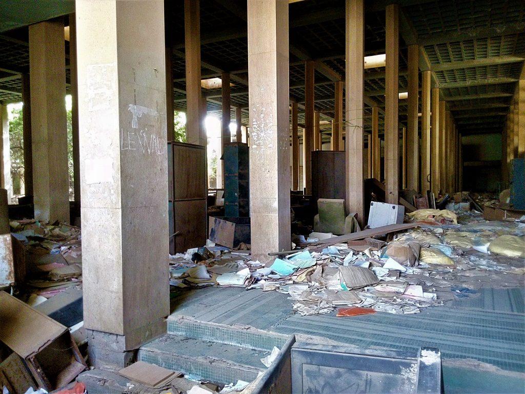 Wnętrze zniszczonego sądu najwyższego w Dakarze - stolicy Senegalu