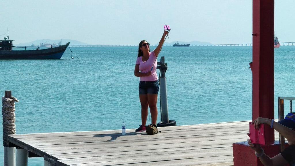 Bo przecież selfie każdy może sobie zrobić - Pomost na którym mieszka kilkadziesiąt rodzin w George Town