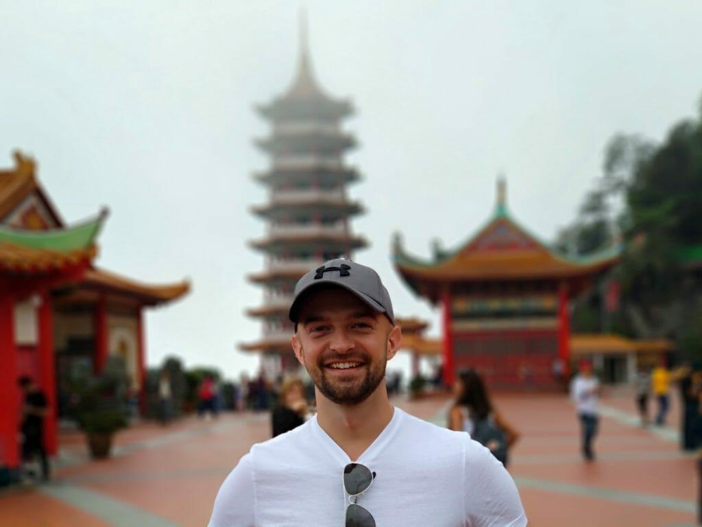 Borys Specjalski na tle pagody świątyni Chin Swee