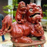 Ceramiczna figurka lwa w świątyni w Hanoi w Wietnamie