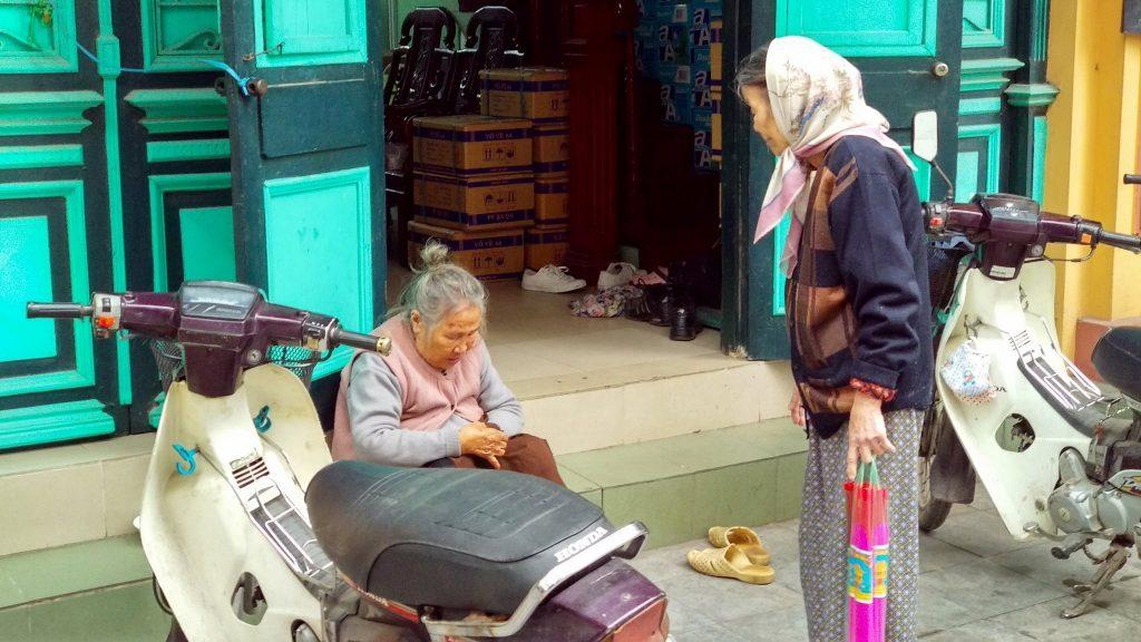 Dwie staruszki rozmawiają na ulicy w Hanoi