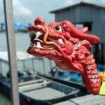 Dziób smoczej łodzi na pomoście w George Twon