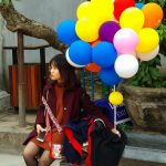 Dziewczynka trzymająca balony w świątyni w Hanoi