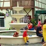 Fontanna pośrodku francuskiej wioski w Malezji