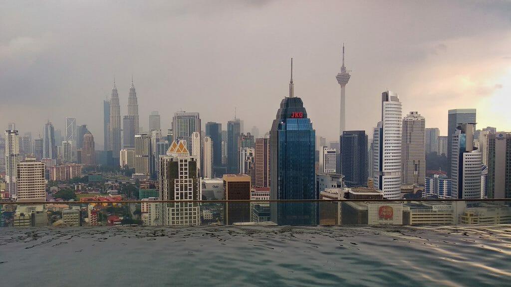 Panorama Kuala Lumpur - basen z iluzją nieskończoności w condo Regalia