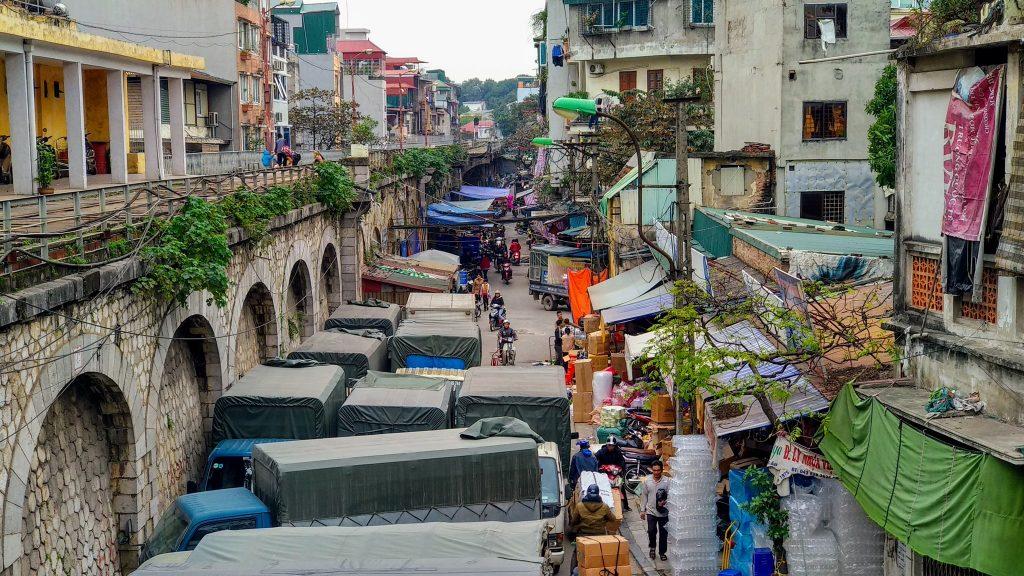 Przez środek miasta zbudowany jest wiadukt po którym poruszają się dośc hałaśliwe pociągi - Hanoi, Wietnam