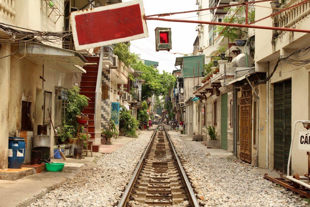 Ulica z linią kolejową w Hanoi