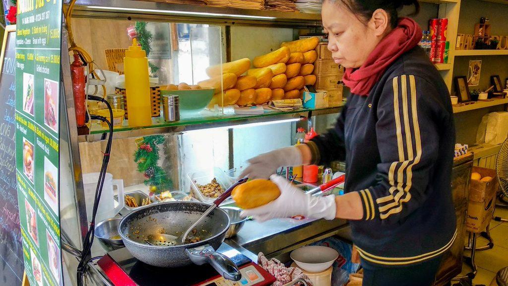Uliczny punkt sprzedaży Banh Mi czyli małych bagietek z mięsem