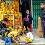 Właściciel sklepu z podarkami pogrzebowymi wraz z rodziną w Hanoi