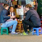 W Wietnamie na ulicach siędzi się na takich małych krzesełkach