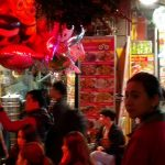 Widok na ulicę Tạ Hiện z wnątrza jednego z barów