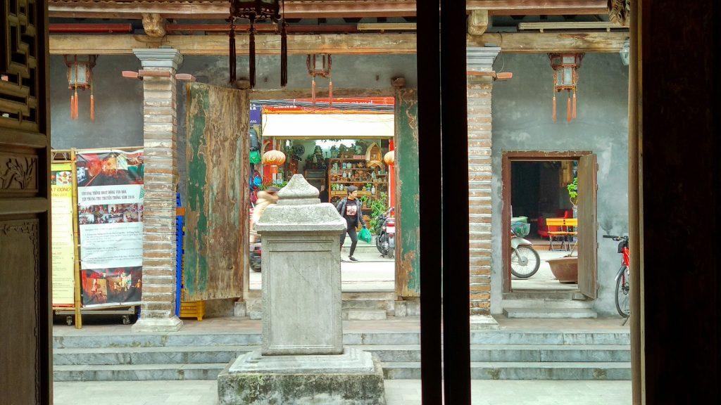 Widok na ulicę ze środka świątyni