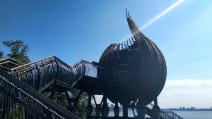 Wzdłuż całej trasy spotkać możemy takie przypominające cebulę konstrukcje służą do wypoczynku i chronią przed słońcem