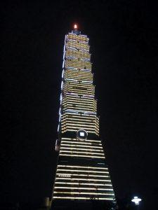 Najbardziej charakterystyczny i znany punkt w Taipei czyl wieża Taipei 101