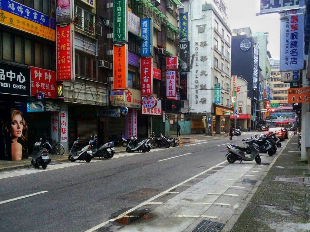 Ulice czasem przypominają te z Hong Kongu - wąskie i pełne neonów - Taipei jest jednym z bardziej chaotycznych miejsc na tajwanie (co nie znaczy że jest chaotyczne)