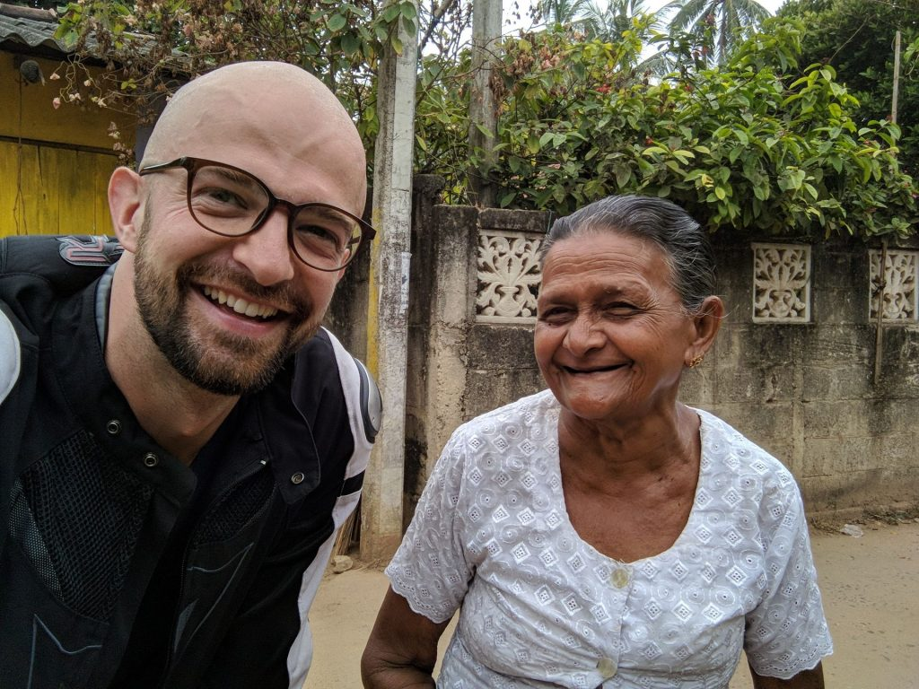 Miła babcia najpierw skasowała mnie za parking na publicznej drodze ale potem zgodziła się zrobic zdjęcie - Motocyklowa podróż po Sri Lance