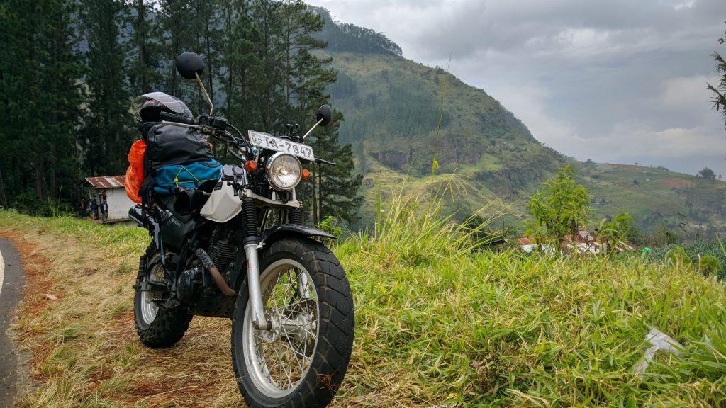 Motocykl na zboczu gór w drodze z Kandy do Nuwara Eliya   Yamaha TW225  Motocyklowa podróż po Sri Lance