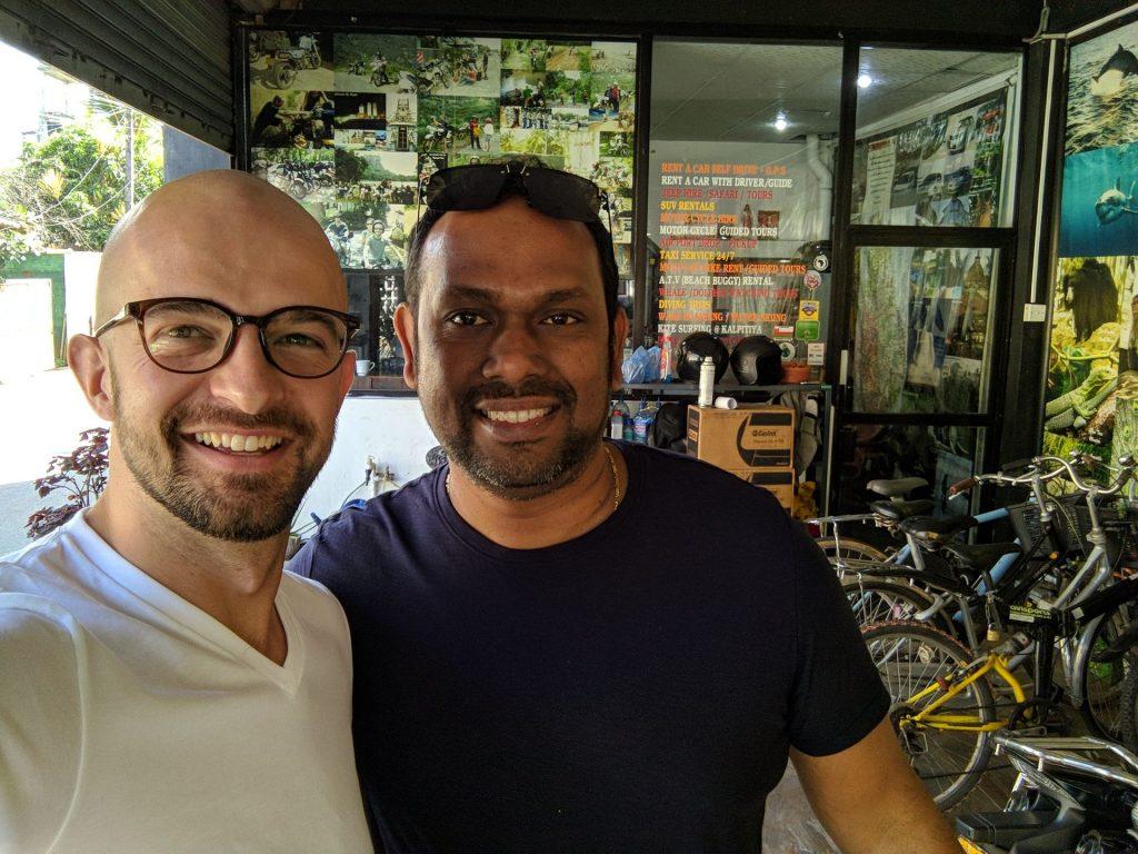 Suranga właściciel Club Sha Lanka Wypożyczalni motorów w Negombo Motocyklowa podróż po Sri Lance