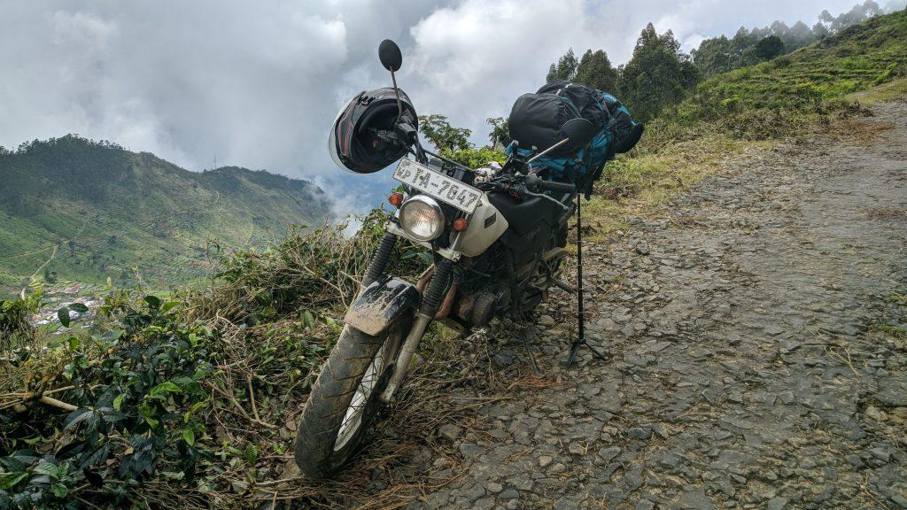 Mój motor - Yamaha TW225 widziany na trasie z Litpon Seat do Haputale - jak widać za motorem przepaść