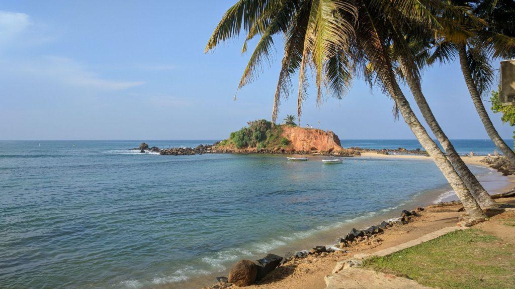 Plaża w Mirissa na Sri Lance, tutaj akurat było świetne miejsce do surfowania, a wypożyczalnia desek była na tym cyplu