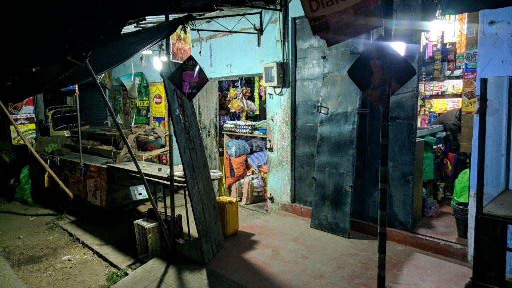 Sklep w Colombo po zmroku, to było obok pensjonatu w którym się zatrzymałem, więc sobie wyobraźcie