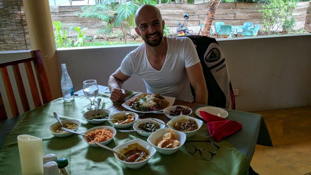 Sri Lankańskie Curry zazwczyaj podawane jest z wieloma małymi daniami do wyboru, w tym wypadku było to aż osiem - Restauracja Flavours w Tissamaharama na Sri Lance