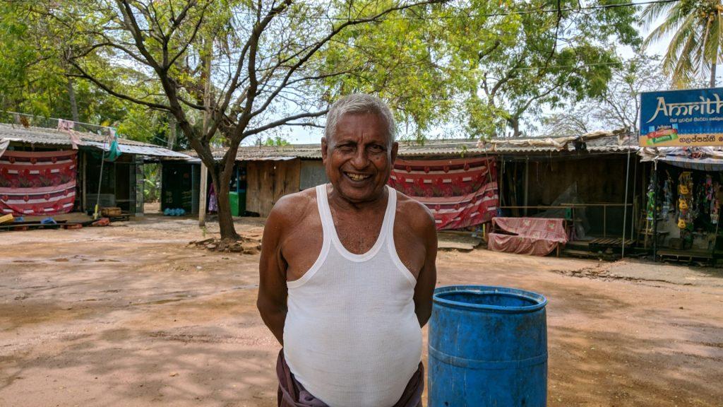 Wesoły sprzedawca bibelotów w Tisamaharama na Sri Lance, kupiłem od niego bransoletkę którą jeszcze tego samego dnia zgubiłem w oceanie