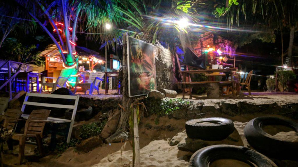Nocą plaża w Tangalle zamienia się w bardzo przyjemnie skupisko barów